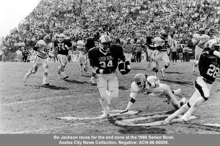 Bo Jackson races for the end zone at the 1986 Senior Bowl