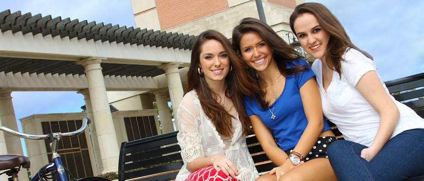 Three South Alabama students sitting on a bench