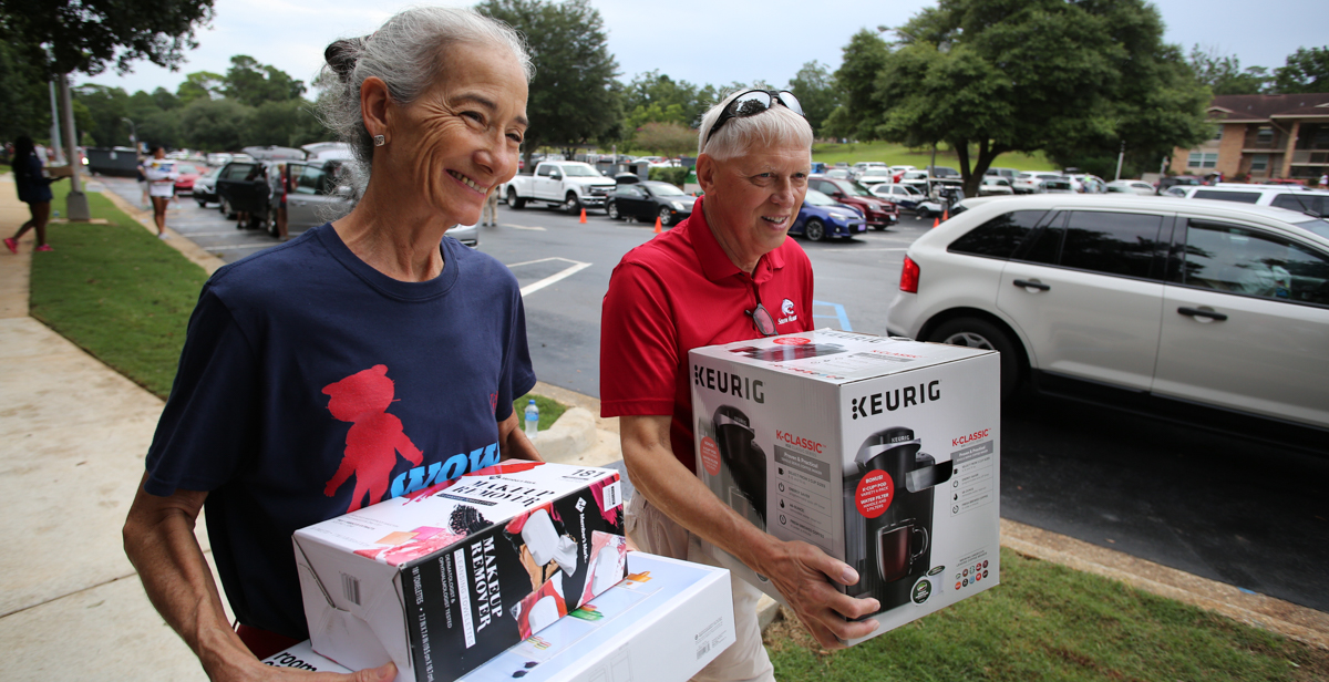 Drs. Tony and Julee Waldrop help students move in to residence halls in 2018.
