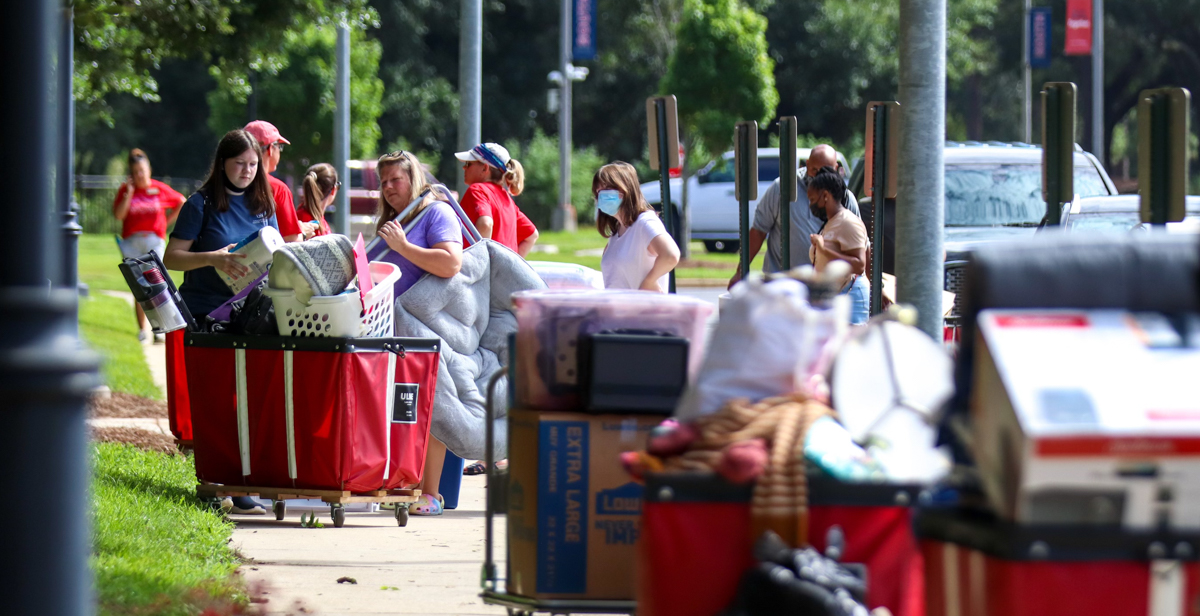 University of South Alabama students during Move-In Day.